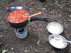 Photo: Abendessen: Reis mit Bohnen, Wuerstel und Tomatensauce - nach einem ganzen Tag Wandern ist man nicht mehr sehr anspruchsvoll :-)