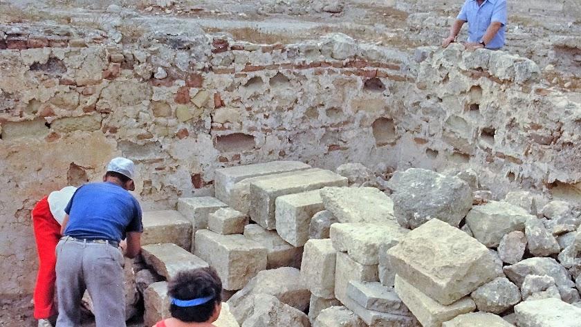 Obras en el interior de la Alcazaba recogidas en una imagen tomada por el propio José Arcos en 1987.