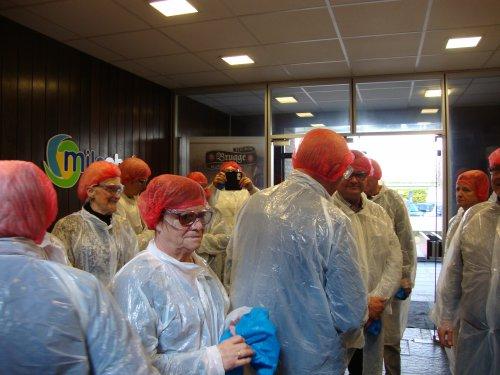 Bezoek aan de fabriek. Hygiëne en veiligheid zijn belangrijk. Dus een jasje, een mutsje, schoenovertrekken en een veiligheidsbril.