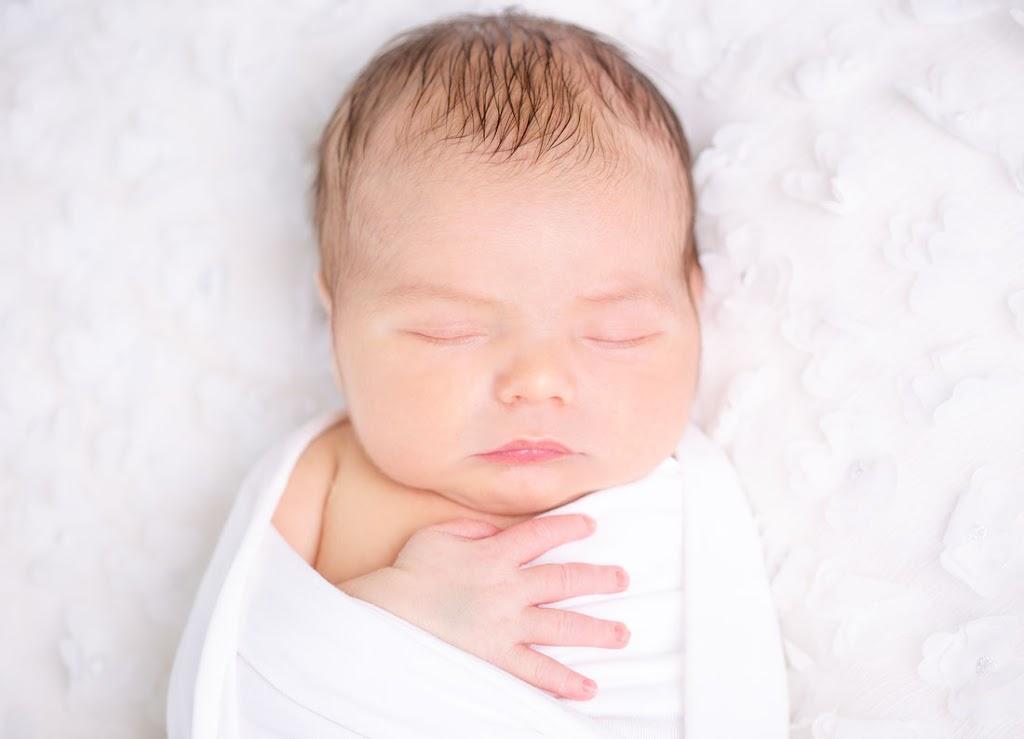 Bild eines Babys in einer weißen Decke.