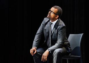 """Photo: WIEN/ Theater in der Josefstadt: """"VOR SONNENUNTERGANG"""" von Gerhard Hauptmann. Premiere 3.9.2015. Nikolaus Okonkwo.  Copyright: Barbara Zeininger"""