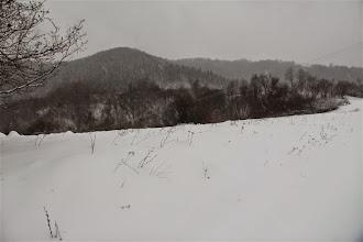 Photo: Už od včera večera takmer neustále sneží, chodník je aj cez lúky nad dedinou celkom dobre značený. Zalesnený kopec to ešte nie je cieľ