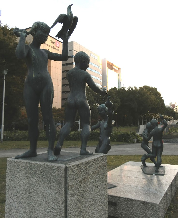 愛の広場にある愛 (5人像)3 後ろ側から