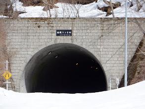 油坂トンネル(ライトが点いている)