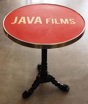 table-bistrot-en-beton-cire-avec-incrustation-logo-cafe-hotellerie-restauration-chr-sur-mesure-paris-les-betons-de-clara