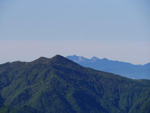 烏帽子岳と奥に赤岳