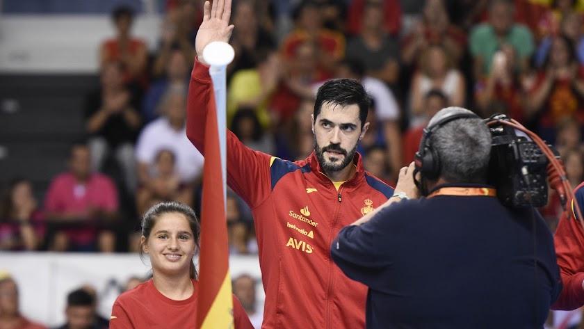 El capitán de España saludando a la afición.
