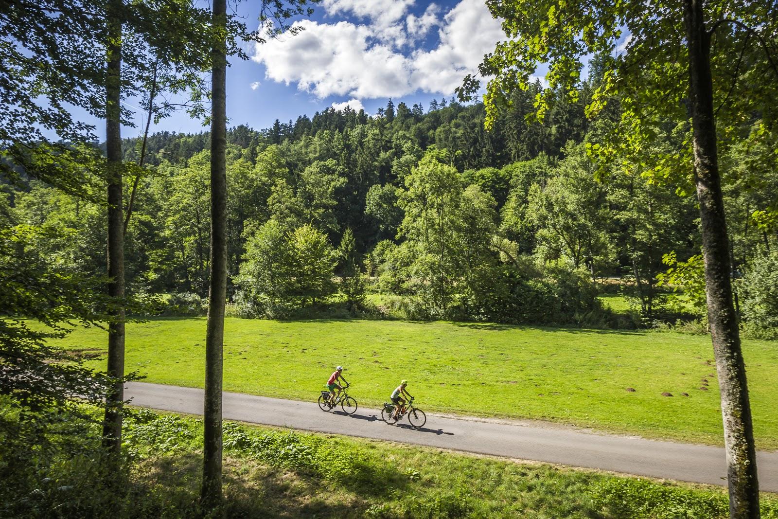 Zwei Radfahrer unterwegs auf einem Teilstück des Nagoldtalradwegs