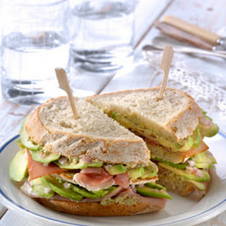 Clubsandwich Met Rauwe Ham, Avocado En Koriander