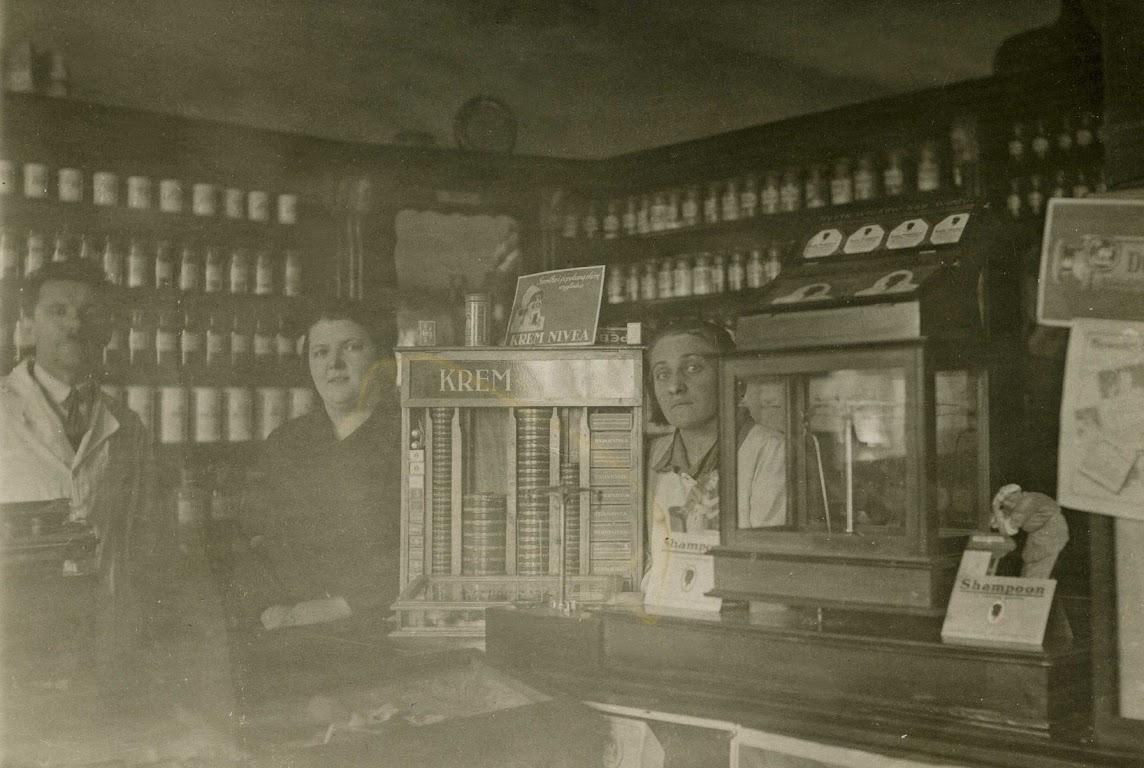 Zdjęcie: Wnętrze apteki Zgrzebnicki wChrobrzu. Unikalne zdjęcie obrazujące jej wyposażenie. Lata 20-te XX wieku.  (fot. zarch.Wiesława Grabik)