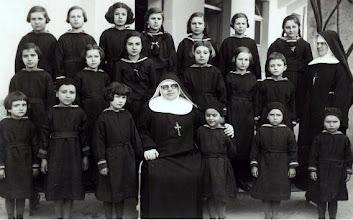 Photo: La Madre con su grupo de niños huérfanos por la guerra.