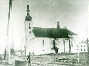 Photo: Murovaný kostol bol stavaný takmer 150 rokov ( veža z roku 1628, sakristia z roku 1664, stredná časť z roku 1770). Vysviacka bola na deň Svätej Trojice. Kostol vymaľoval Karol Mayer, tvrdošínsky maliar. Na fotografii z poslednej štvrtiny 19. storočia je pôvodná cibuľovitá veža, ktorá zhorela pri požiari v roku 1900.
