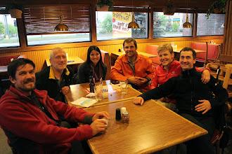 Photo: Wieczorem spotkaliśmy się z moją znajomą Mirną z Gwatemali. Jak przystalo na Amerykański stan mieliśmy do wyboru Pizza Hut, KFC, McDonald lub Subway. Zdecydowaliśmy się więc na pizzę i degustację lokalnego piwa. W nocy do Moniki dojechali pozostali uczestnicy jej Polskiej Ekspedycji. Zbyszek Bąk (www.homohibernatus.eu), kolejny zdobywca Everestu, przyjechał z Polski z kolejnymi sześcioma osobami zamierzającymi wspiąć się na Denali.
