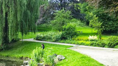 Photo: Das Parkhaus verborgen hinter üppigen Grünvarietäten.
