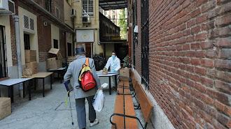 Un hombre acude a un comedor social en Madrid.