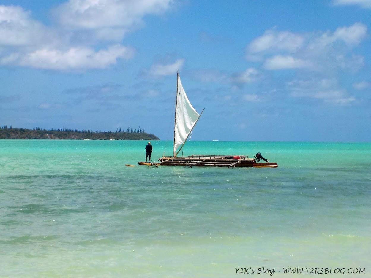 Canoa tipica Kanak naviga nella Baia di Upi - Isola dei Pini