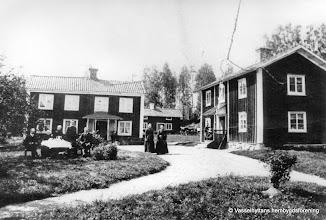 Photo: Storån omkring 1900, här fanns en affär i flygelbyggnaden
