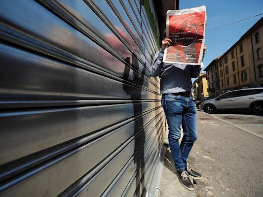 Leggendo in strada. di Paguzzi