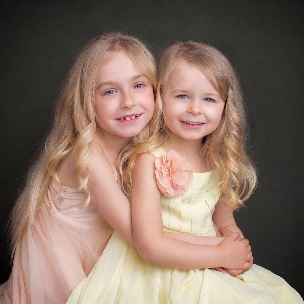 Zwei Mädchen mit hellen Kleidung.