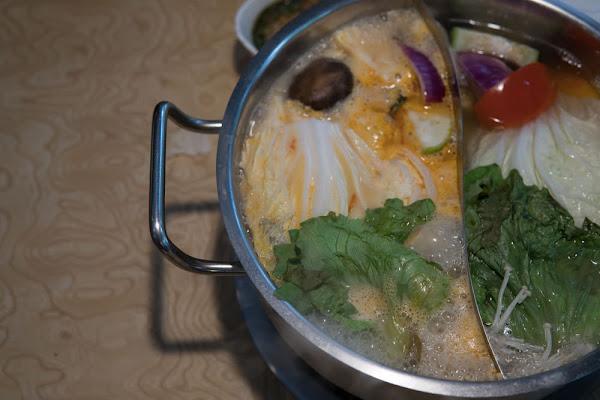 台北火鍋推薦 :: 忻殿堂 平價版的橘色涮涮鍋!東區南洋叻沙風,絕品三隻小豬必吃