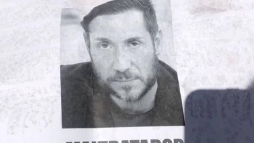 """Cartel de Antonio David colocado por Málaga con la palabra \""""maltratador\"""""""