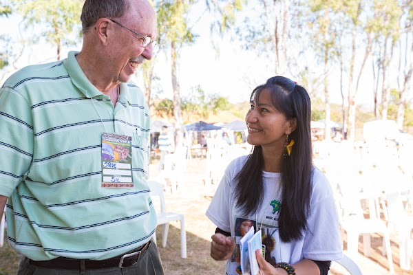 Leonizia Jutzi of CONPLEI talks with Steve Sheldon who worked for many years with SIL Brazil.