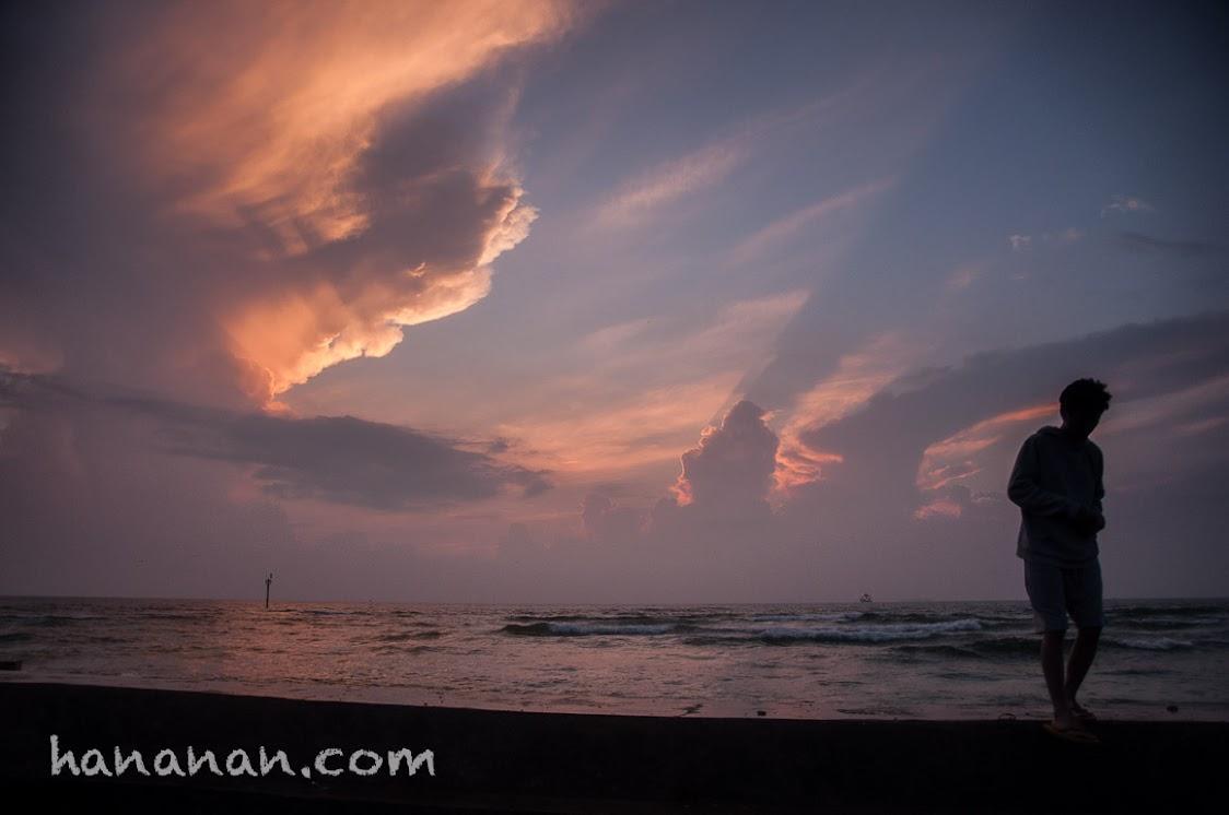 Enjoy every sunrise. sunrise di pantai sakura pulau untung jawa