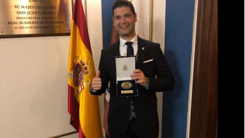 Ramón González, feliz tras recibir la Medalla de la Real Academia de Ingeniería de España.