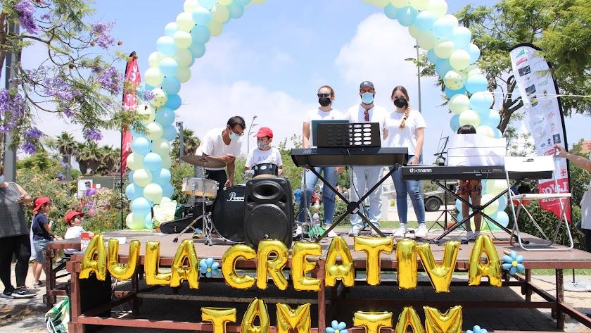 Rosa López, directora del Aula Creativa de Música Tam Tam, y los profesores Antonio Segovia, Francisco Domene y Carmen Pérez en el escenario.