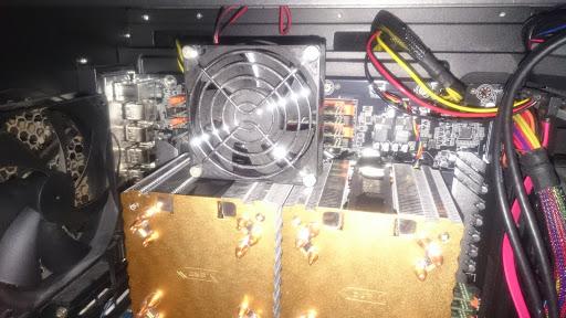 メモリと電源ICを冷却するためのファン