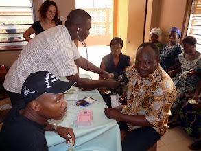 Photo: notre Ami le Dr Marcel Houinato, coordinateur du CTM, en profite pour faire vérifier sa tension