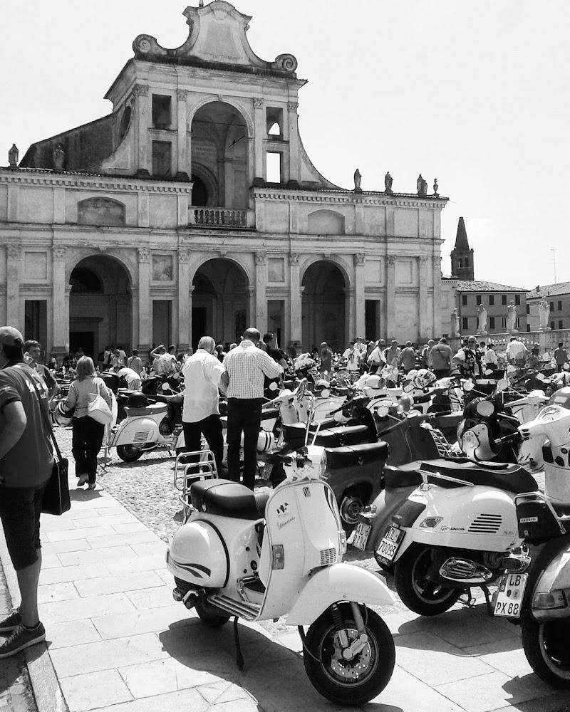 Piazza di San Benedetto Po, Vespa world day 2014  di Ilalucchini