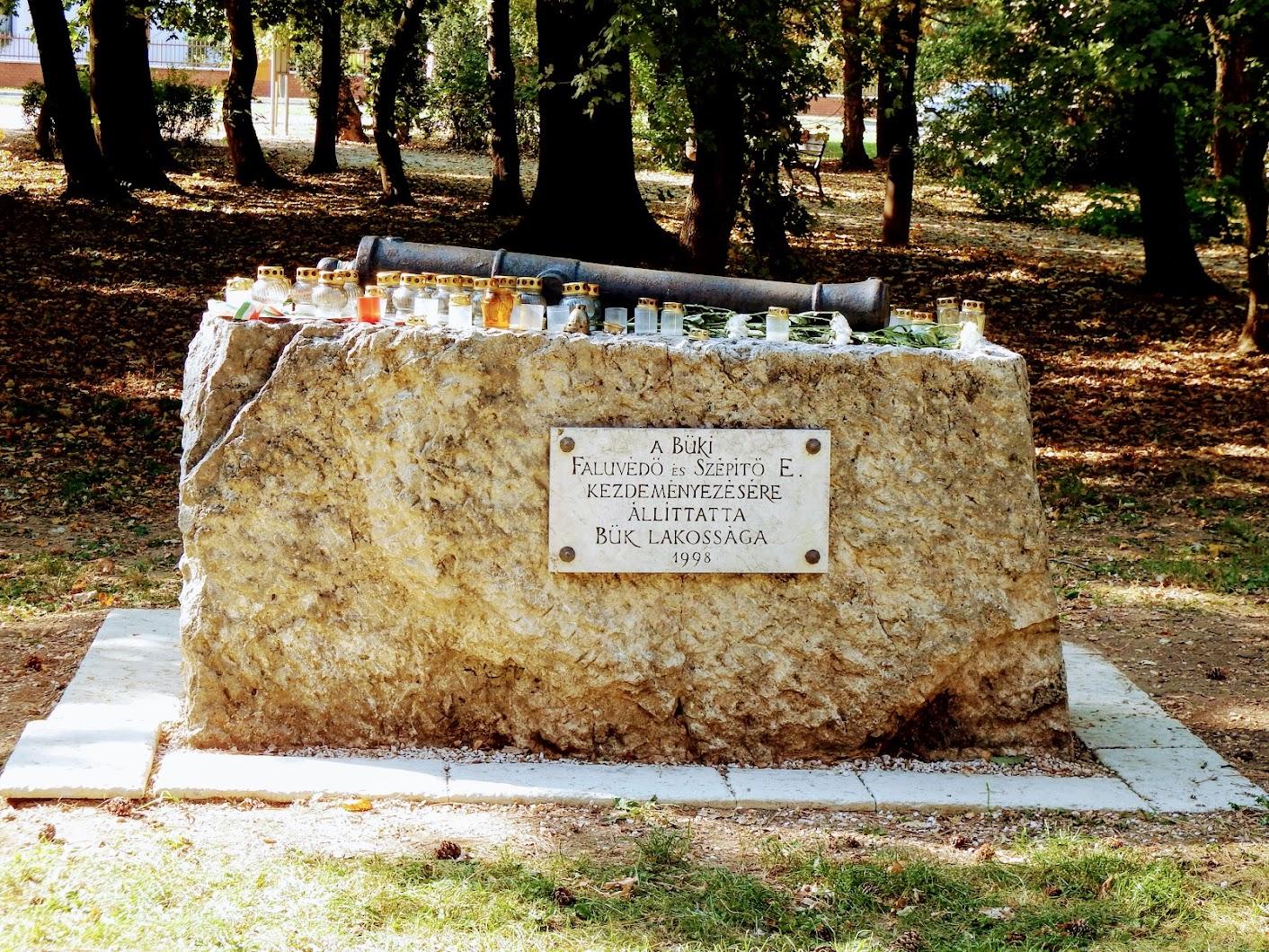 Bük - 1848-49-es emlékmű a templomkertben
