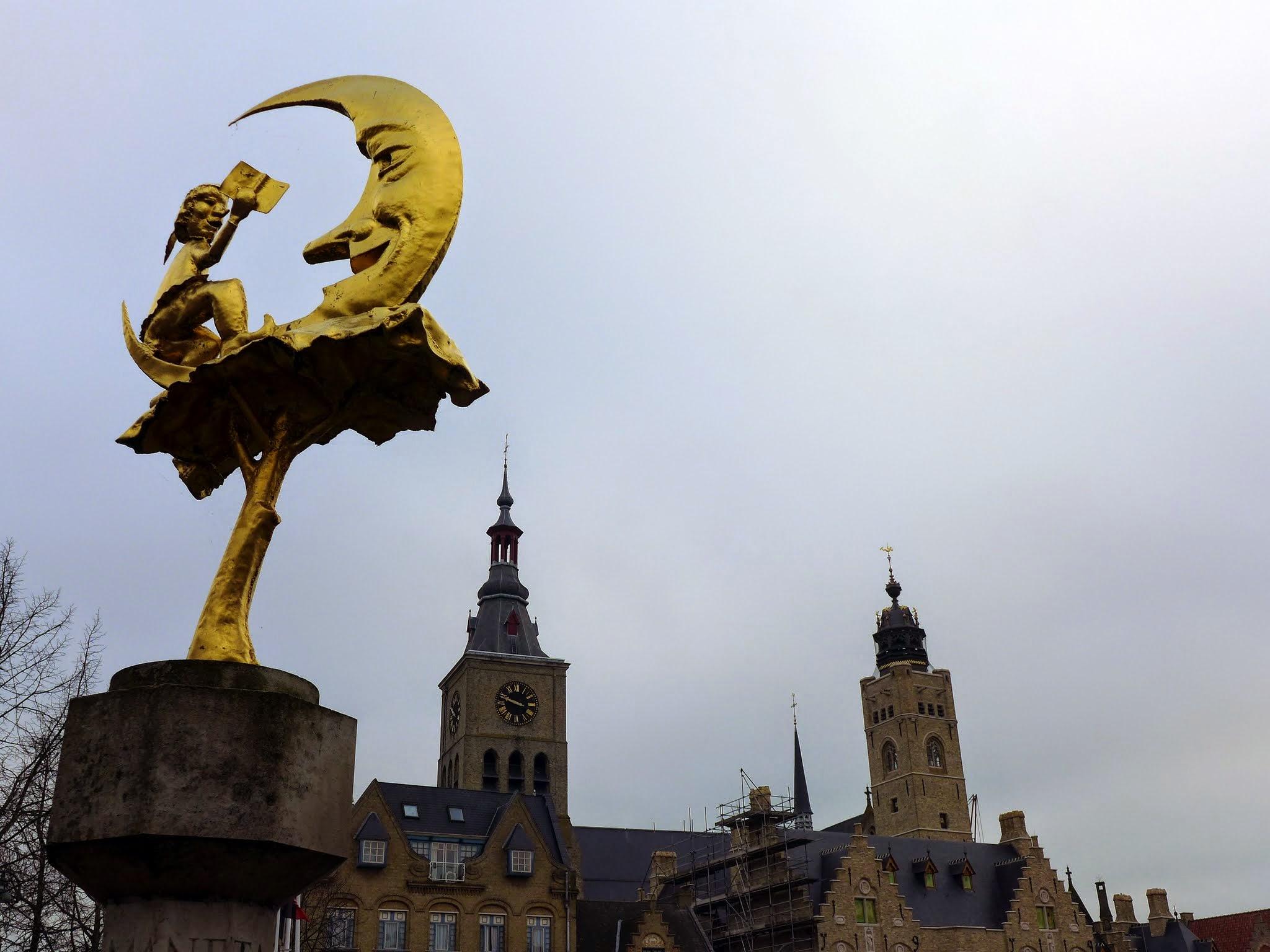 """Photo: Standbeeld """" 't Manneke uit de Mane"""", verwijst naar de volksalmanak die onder deze naam vanaf 1881 werd uitgegeven door """"De Swighende Eede"""" (1880)"""