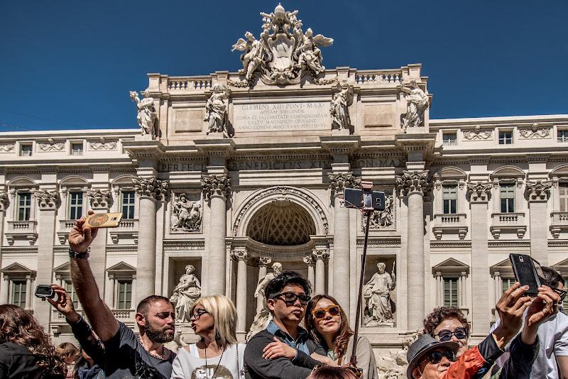 """L'esercito del selfie. """"Cit."""" di Maurizio Valentini"""