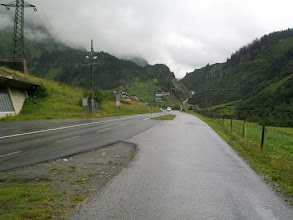 Photo: 10e Dag, zaterdag 25 juli 2009 Bludenz - Imst Dag afstand: 90.5km, Totaal gereden: 979 km . Op weg naar de Arlbergpas. regen en bewolking.
