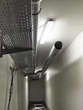 Photo: Galerie technique : Chemin de câble et ventilation. 4 sept. 2014 : Visite de Chantier