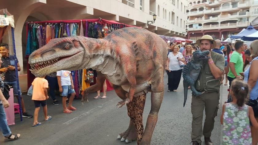 Imagen del dinosaurio que ha recorrido el mercado temático de Almerimar.