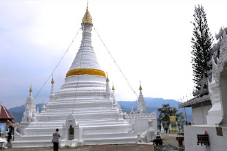 Photo: the hilltop chedi of Wat Phra That Doi Kong Mu