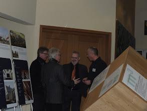 Photo: v.l. Architekt BDB Uwe Fickenscher, Erster Bürgermeister Dieter Frank, Architekt BDB Oliver Lederer, Holzforum-Mitarbeiter Werner Peetz