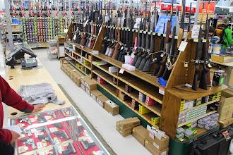 Photo: W ogólnospożywczym hipermarkecie WalMart można kupić strzelby i pistolety na niedźwiedzie i inną dziką zwierzynę, co było dla nas największym zaskoczeniem. Potem się przekonaliśmy, że ludzie lokalni noszą przy sobie broń.  W sklepie ze sprzętem do wspinaczki spotykamy dwie dziewczyny , które tak jak my samotnie bez przewodnika , zamierzają się wspinać razem na Denali. Najbardziej zaskoczyło nas to, że jedna dziewczyna przyjechała z Indii a druga z Brazylii. Potem na trasie wiodącej na szczyt wielokrotnie się spotkaliśmy. Wieczorem się spakowaliśmy i byliśmy przerażeni wielkością naszych bagaży. Rano planowaliśmy wyjazd i była to nasza ostatnia noc w cywilizowanych warunkach, dlatego całą noc pracowałem na komputerze zanim zostaliśmy odcięci od świata w śniegach lodowca na kilka tygodni