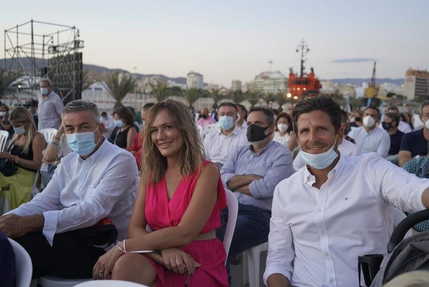 El acto empezó cuando empezaba a caer el sol y reunió a unas 800 personas en el Muelle de Levante