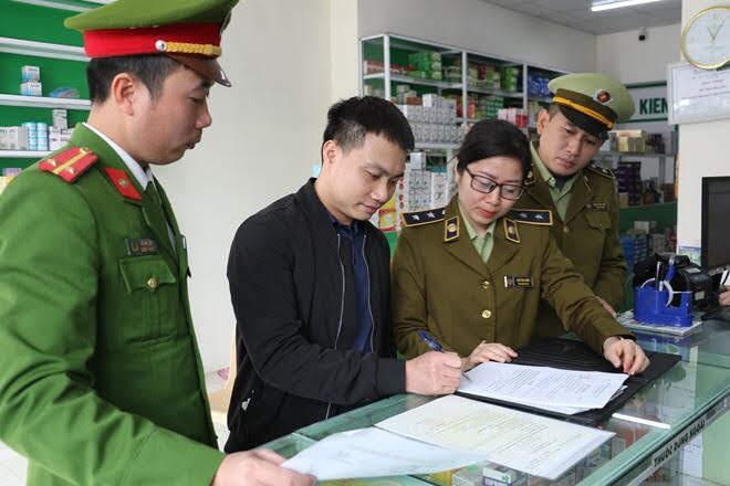 Đoàn viên thanh niên Phòng Cảnh sát kinh tế tham gia các đoàn công tác liên ngành kiểm tra một Nhà thuốc trên địa bàn thành phố Vinh