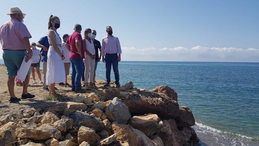 Marta Bosquet visita la playa de Roquetas.