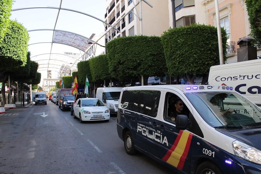 Los feriantes se manifiestan por el centro de la ciudad.