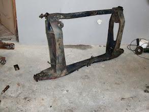 Photo: Bis die erforderlichen Bleche geliefert wurden, ging es an die Hilfsrahmen. Hier der Hintere im entkernten Zustand.