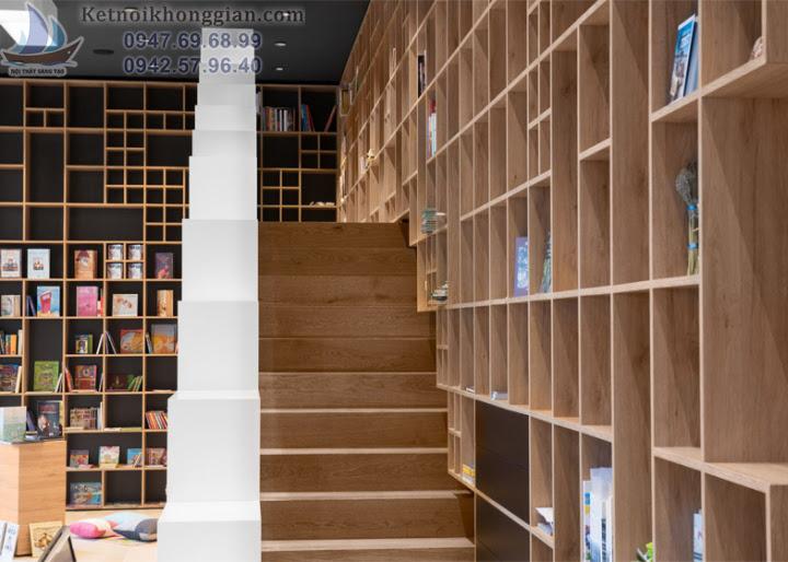 thiết kế nhà sách có cầu thang trèo lên trên kệ