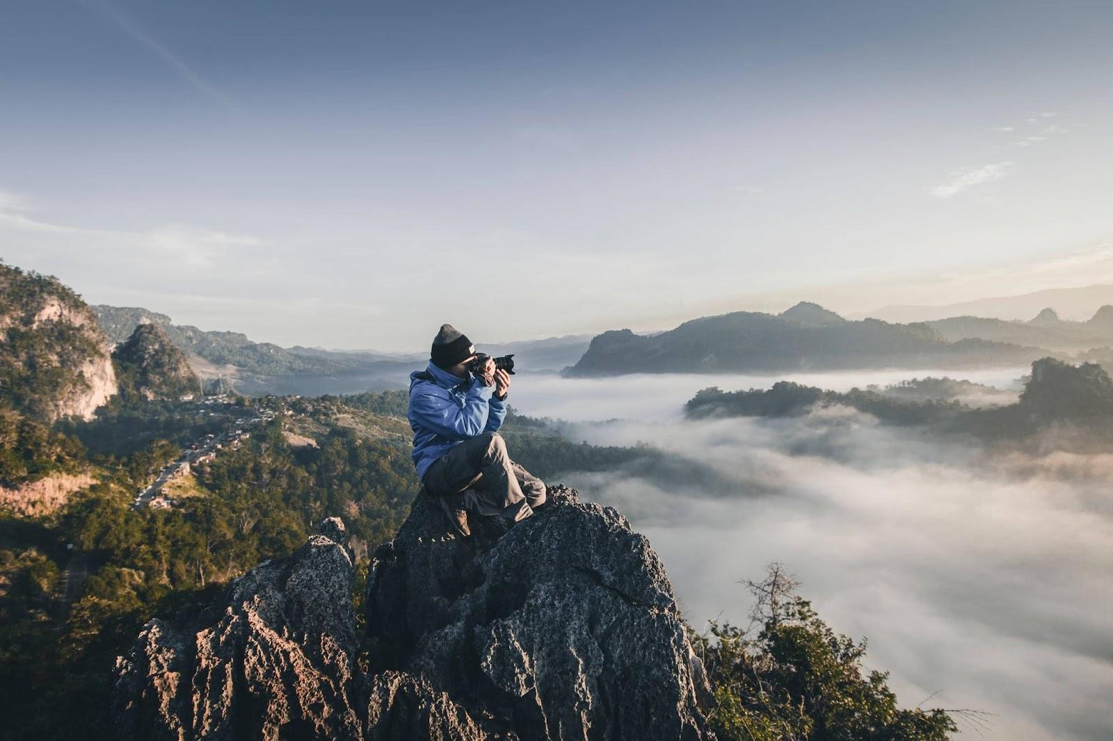 uomo-che-scatta-fotografia-su-montagna