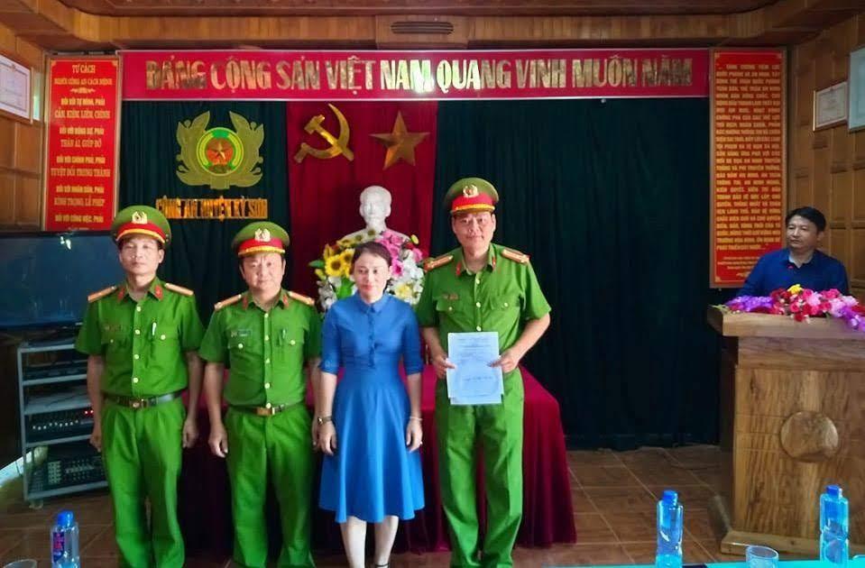 Đồng chí Vi Thị Quyên, Phó Chủ tịch UBND huyện trao thưởng cho đại diện Ban Chuyên án 919T