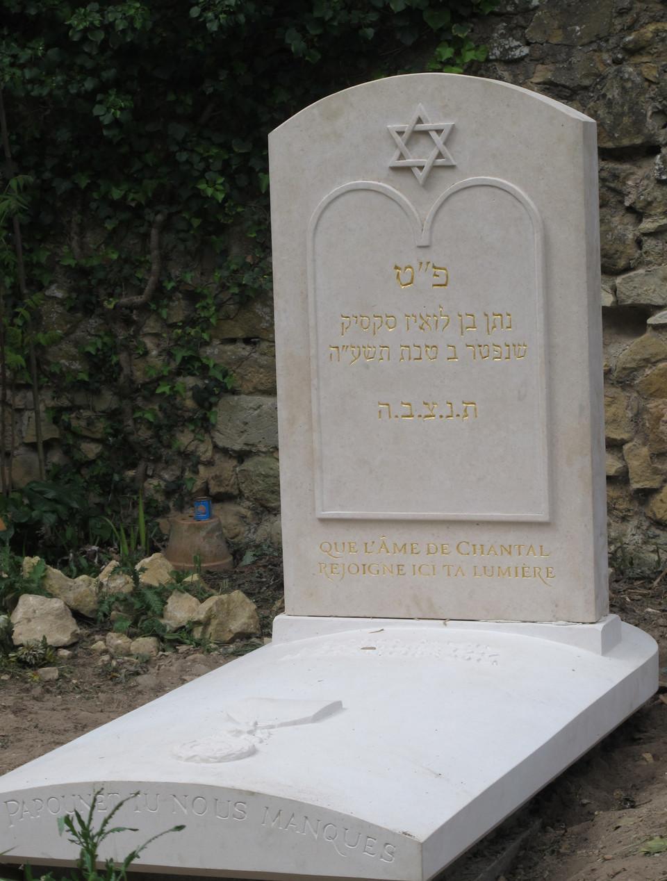 stele-et-pierre-tombale-avec-symboles-hebraiques en pierre de taille